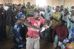 « En Afrique, quand un grand chef arrive quelque part, on chante ses louanges… »