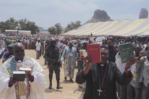 5000 Kapsikis bravent le danger pour assister au lancement de leur Bible