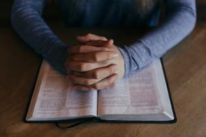 « Certains détenus disent que lire la Bible les maintient en vie »